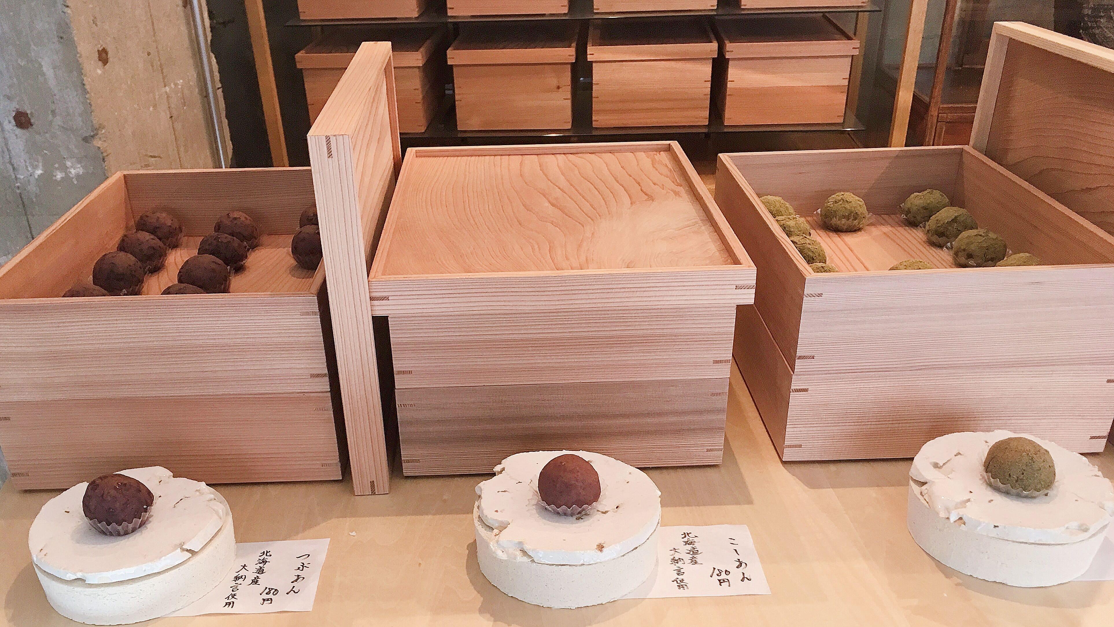 タケノとおはぎ学芸大学店の木箱とおはぎ