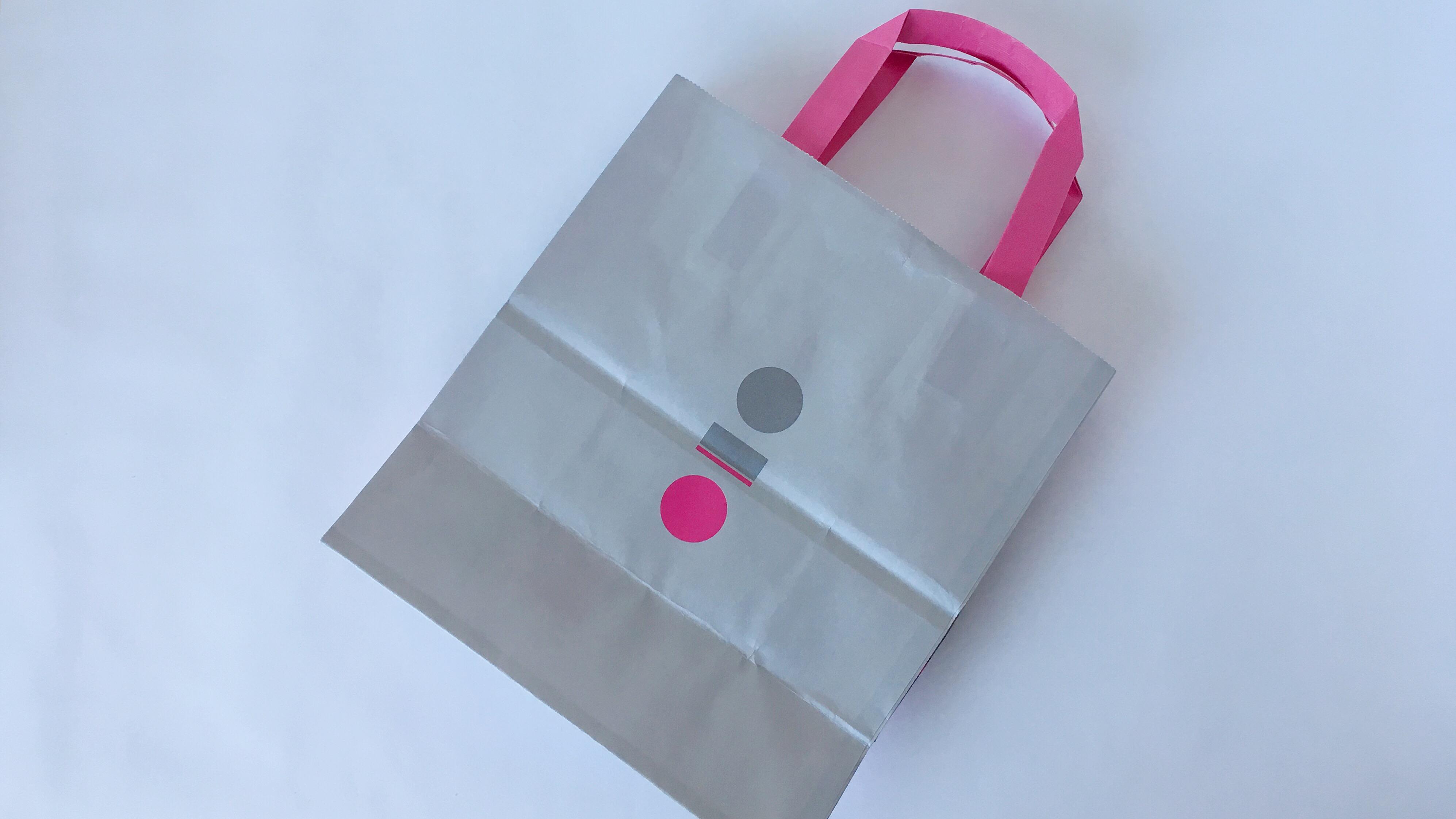 エキア池袋にオープンしたザクザクとろけるショコラ専門店パックザックのピンクとグレーのショッパー