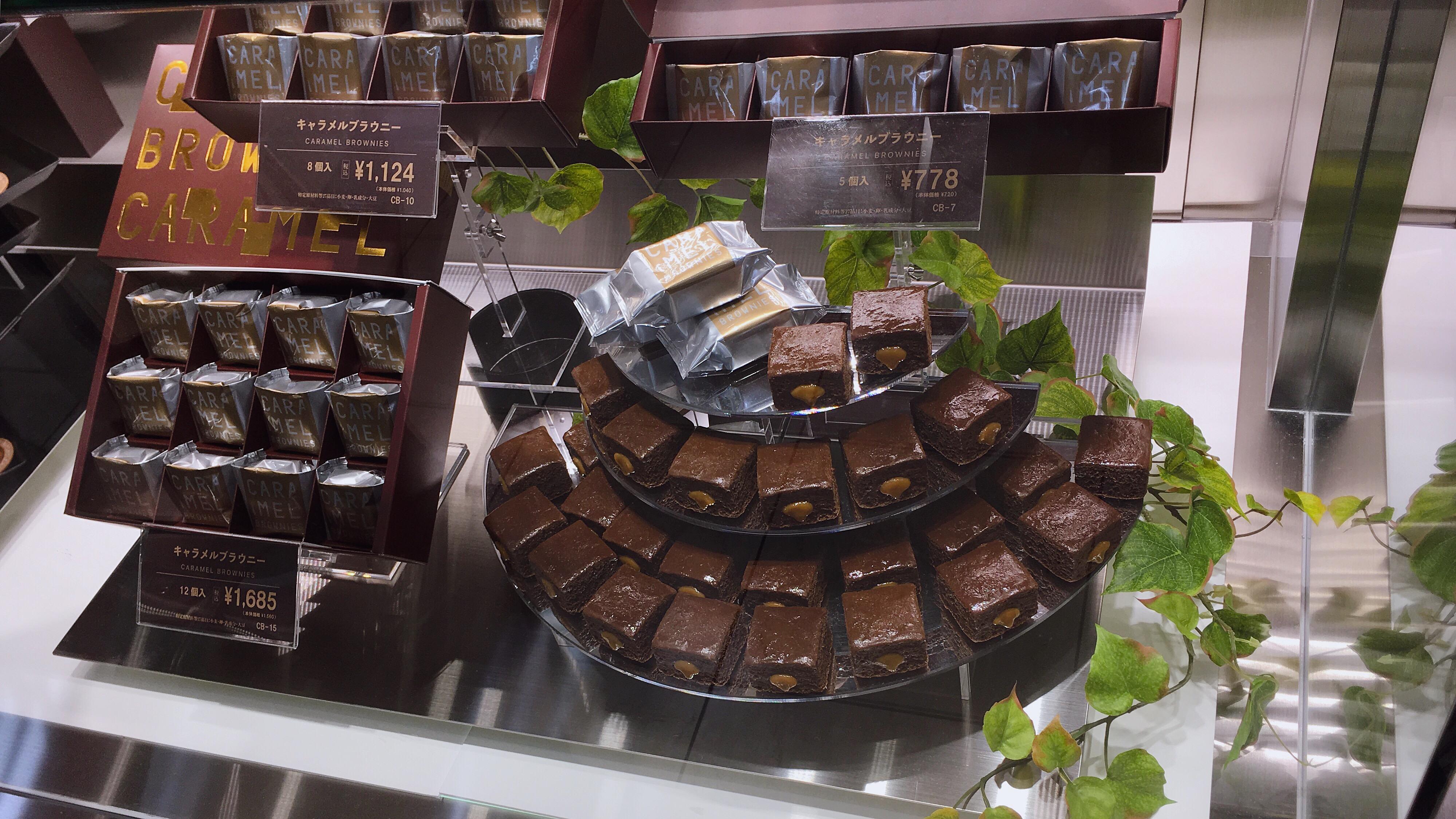 ローストキャラメルマーケットのキャラメルブラウニーというお菓子の個数や価格が分かる店頭ディスプレイ